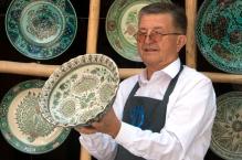 keramikmeister_mit_seinen_werken